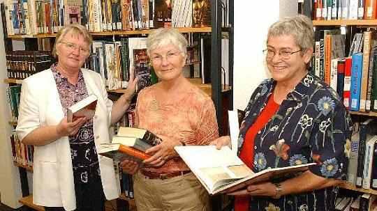 Annette Jung im Kreise von Büchereihelferinnen (Foto: NGZ).