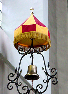 Basilika St. Quirin erhält Insignien