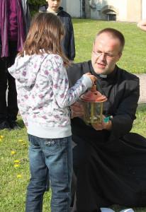 Pater Felix beim Kinderkreuzweg im Vorjahr.