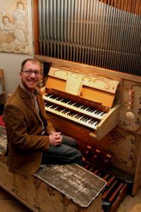 Carsten Wüster an der alten Orgel in Hoeningen, Foto: TZ