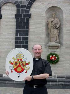 Oberpfarrer Assmann mit dem Papstwappen. Foto: TZ