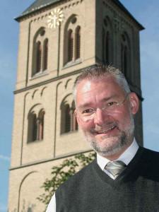 Kreuz-Stele geplant: Pfarrer Peter Stelten vor St. Michael. Foto: TZ