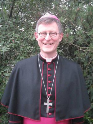 Weihbischof Woelki firmt Erwachsene.