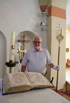Manfred Stefer freut sich über die restaurierten Gegenstände. Foto: TZ