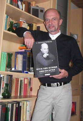 J. Heinrich Heikamp liest aus seinem Buch der kurzen Geschichten.