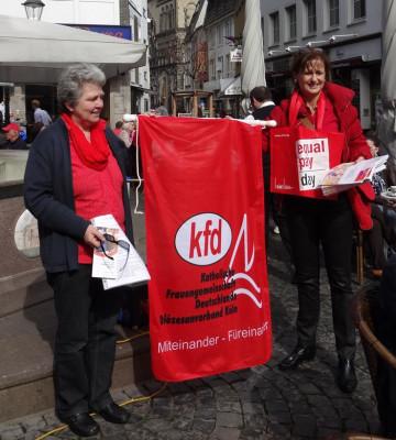 Rote Taschen für Entgeltgleichheit