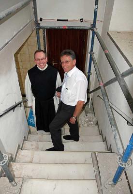 Prior Bruno Robeck (links) führte Landrat Petrauschke durch die Baustelle. Foto: TZ