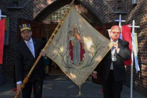 Mit der Fahne der altehrwürdigen Marianischen Bruderschaft: Brudermeister Hans-Jürgen Burbach (rechts) und Jean Jötten. Foto: TZ