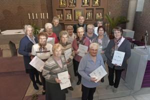 Verdiente Caritas-Ehrenamtler und Pfarrvikar Jos Houben wurden in St. Matthäus in Allrath in den Mittelpunkt gestellt.