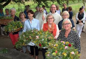 Prior Pater Bruno Robeck segnete zum Hochfest Mariä Himmelfahrt die Kräuter der Frauen aus Wevelinghoven und Kapellen. Foto: TZ