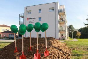 Bauhelme und Spaten: Am Malteserstift St. Katharina in Hackenbroich entsteht ein Komplex für junge Pflegebedürftige.