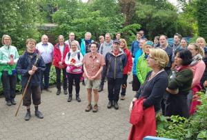 Die Pilger auf dem Weg nach Trier bedankten sich für die Gastfreundschaft mit einem Lied. Foto: R. Hoppe