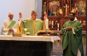 Visitation in Grevenbroich (von links): Diakon Dr. Hans-Willi Winden, Weihbischof Schwaderlapp und Pfarrvikar Patrice Koffi in St. Peter und Paul. Foto: TZ