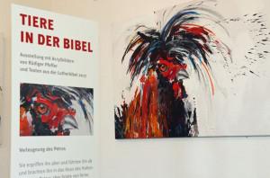 """Der Hahn, der dreimal krähte: """"Tiere in der Bibel"""" heißt eine neue Ausstellung in der Gemeinde St. Martinus in Wevelinghoven. Foto: TZ"""