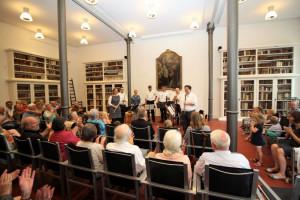 Die historische Bibliothek in Knechsteden war zum Benefizkonzert gut gefüllt.