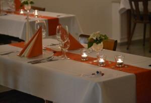Frischvermählte Frauen und Männer werden im Nikolauskloster bewirtet.