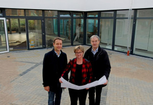 Neues Pfarrzentrum (v. l.): Christof Lindholm, Carola Uebber und Pfarrer Houben. Foto TZ