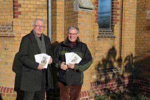 Erste Broschüre über die Fußfälle: Walter Giesen (links) und Peter Emunds. Foto:TZ