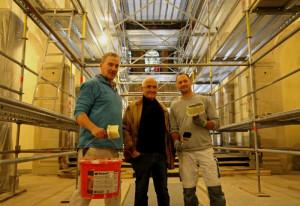 Renovieren die Hülchrather Kirche: Architekt Horst Beerscht (Mitte) mit den Malern Achim Krux (links) und Niko Zander. Foto: TZ