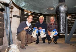 Die Vorstandsmitglieder Stephan Großsteinbeck, Hermann-Josef Lenz und Willi Bednarczyk bei der Kalender-Präsentation im Glockenturm der Basilika.