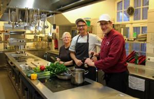 Schon ein eingespieltes Team (von links): Küchenhilfe Gabi Metzner, der neue Küchenchef Maximilian Kleis und sein Stellvertreter Sven Kant. Foto: TZ