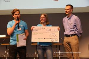 Sieger aus Knechtsteden (von links): Richard Schnegelsberg (Stufe 10), Anne Gerl (Stufe 11) und Betreuungslehrer Jochen Siller. Foto: DBU