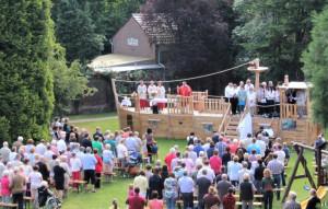 Pfingsten wird im Nikolauskloster-Park am und auf dem Spielschiff Gottesdienst gefeiert.