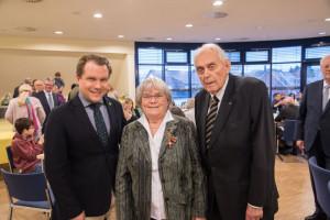 Bundesverdienstkreuz am Bande überreicht (von links): Bürgermeister Mertens, Maria Peiffer und Vize-Landrat Dr. Hans-Ulrich Klose.