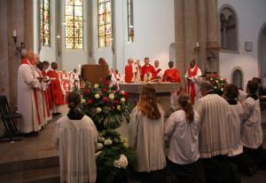 Bischof Marzinkowski und Neupriester Derenthal feierten den Gottesdienst in Knechtsteden.