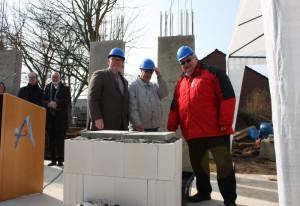 Stephan Könen, Willi Daniel und Paul Neuhäuser (von links) legten den Grundstein.