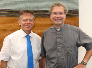 Landrat Hans-Jürgen Petrauschke (links) begrüßte den neuen Oberpfarrer Dr. Meik Schirpenbach. Foto: TZ