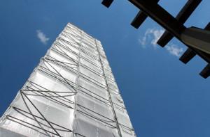 Wie von Christo verhüllt: der Turm von St. Joseph in der Grevenbroicher Südstadt. Foto: TZ