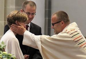 Segen für Verliebte: Pater Felix vom Nikolauskloster bei Glehn.