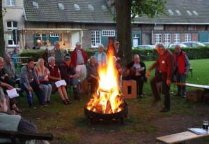 Am Lagerfeuer wurde kräftig gesungen.