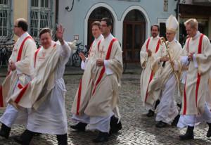 Winkend zur Priesterweihe: Albert Striet.