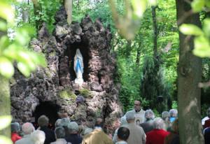 An der Lourdes-Grotte wird Jubiläum gefeiert.