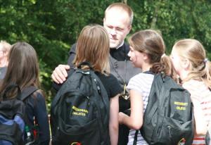 Pater Felix mit Jugendlichen im Kloster.