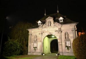 Das Knechtstedener Torhaus ist ab sofort beleuchtet.