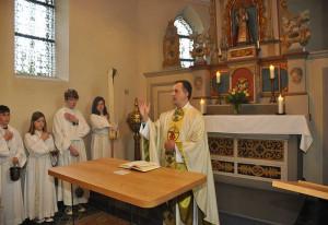 Pfarrer Seither segnete den neuen Altar.