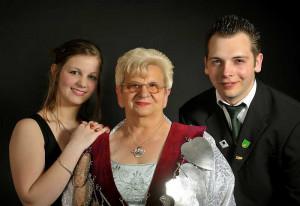 Von links: Schülerprinzessin Saskia Kamp, die zukünftige Königin Margret Lichter, Jungschützenprinz Julien Müthrath.