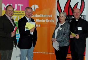 Dialog im Theater (von links): Walter Pesch, Cornel Hüsch, Trudi Porath und Kreisdechant Assmann.