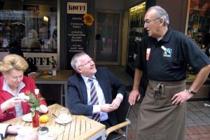 Bürgermeister Napp löste Wettschuld ein und kellnerte