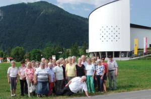 Die Rommerskirchener Pilger am Passionsspielhaus in Erl.