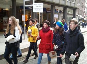 Auch Jugendliche aus der Neusser Mariengemeinde beteiligten sich an der Deomnstration.