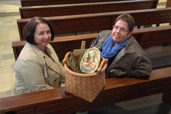 Korb mit Devotionalien: Ute Trienekens (links) und Inge Scharner in der Wallfahrtskirche St. Mariä Geburt. Foto: TZ