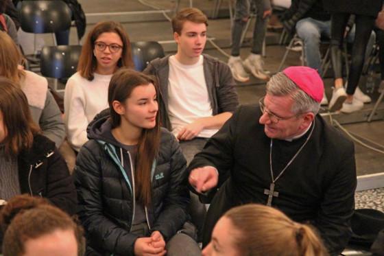 """Im Gespräch mit der Jugend: Weihbischof Dr. Dominikus Schwaderlapp beim """"Firmday"""" in Knechtsteden. Foto: TZ"""