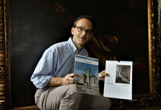 Stephan Großsteinbeck vom Förderverein für das Missionshaus präsentiert den Knechtsteden-Kalender 2019.
