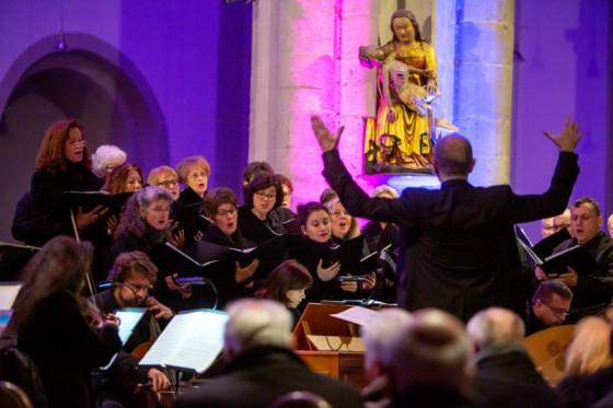 Kantor Bert Schmitz dirigierte Kammerchor und Orchester in der Knechtstedener Basilila. Foto: M. Vitz