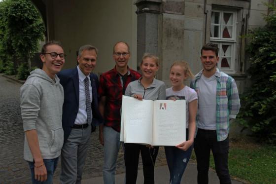 Eigenes Evangeliar (von links): Jannik Abt, Johannes Gillrath, Rolf Lenhartz, Lara Späth, Carolin Ebert und Marcel König. Foto: TZ