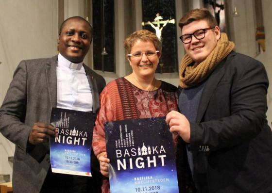 Sichtlich Spaß an den Vorbereitungen der BasilikaNight haben die Organisatoren Pater Innocent Izunwanne, Petra Felix und Shawn Kühn.